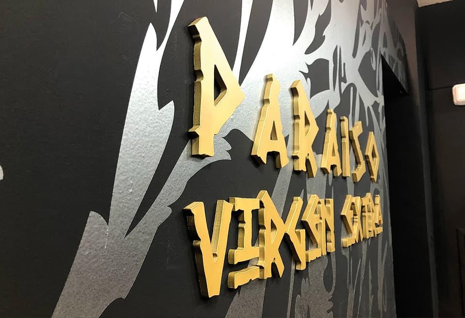 Detalles en letras corpóreas lacadas en oro mate